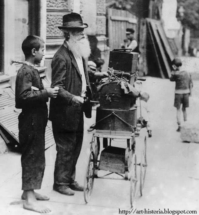 Street organ players, Bucharest, interwar period, Flasnetar batran si baietan descult in Bucurestii interbelici.