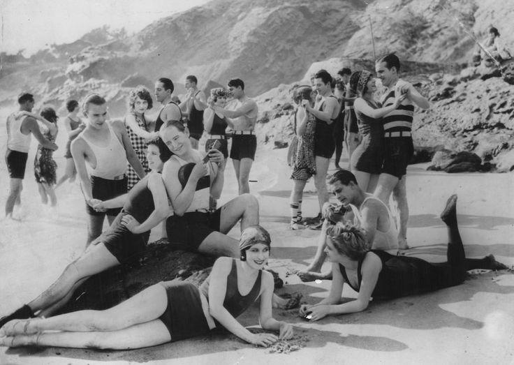 Foto d'archivio: Una festa in spiaggia in California, alla fine degli anni Venti - Il Post