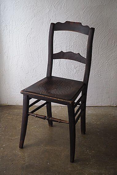 ビストロチェア-antique wood chair サイドの貫が3本ずつ、強固な補強が為されたビーチ材の椅子。木部虫喰い無くしっかりしており、タフな使い様に慣れてきた証が。上から灯りを照らすと座面にデザインされた星の一つずつが床に映って遊び心迸る。