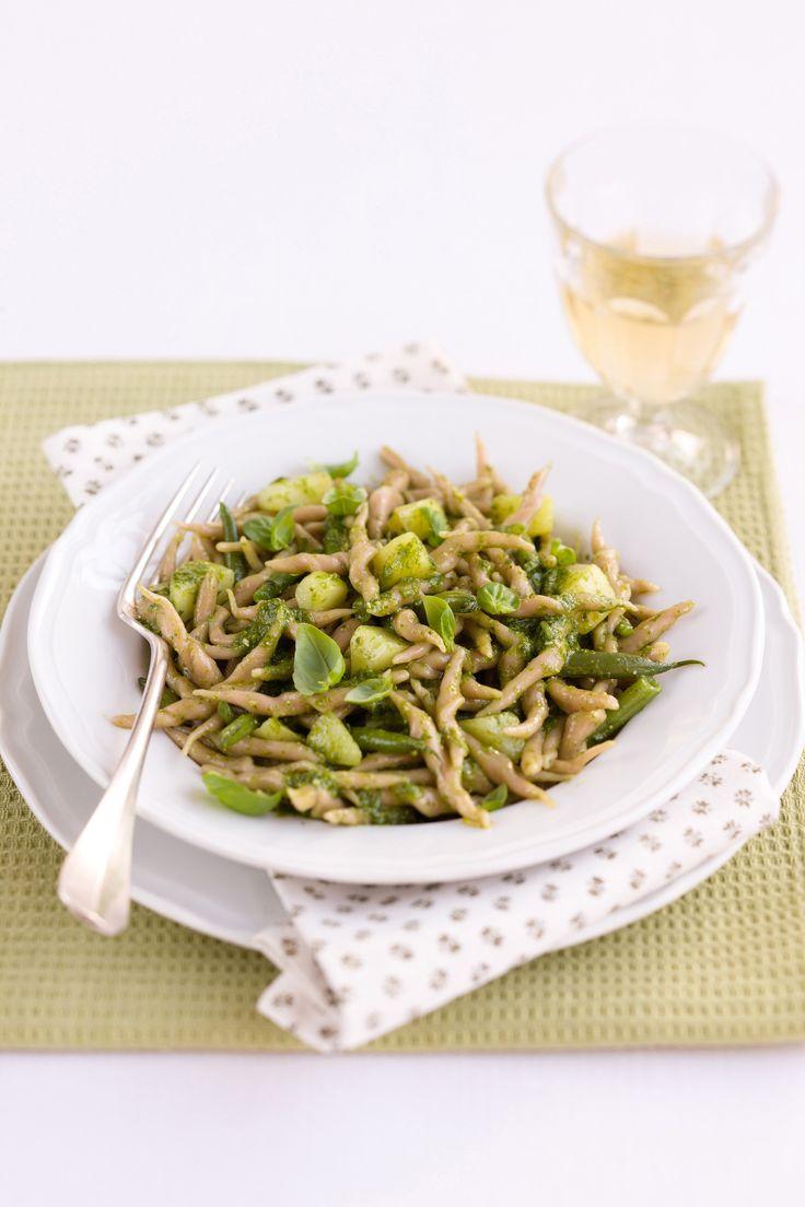 Impara come realizzare a mano le trofie e gustarle con un pesto perfetto: scopri la ricetta di Sale&Pepe.