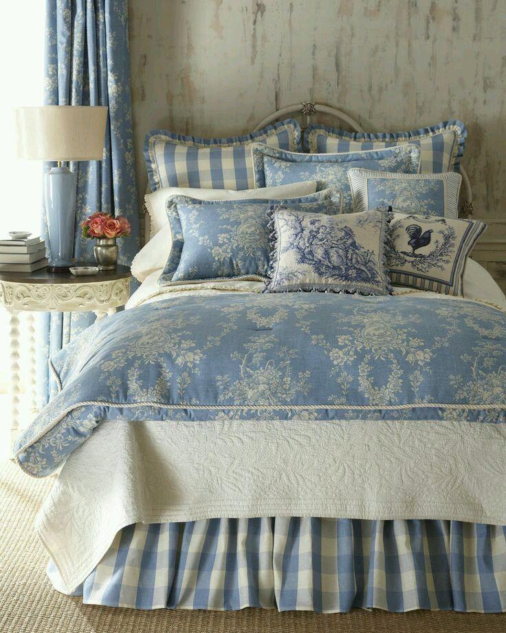 mavi beyaz çiçekli yatak örtüsü modeli