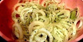 Маринованный лучок для шашлыка, салатов и просто с хлебушком покушать 4-5 луковиц 2-3 зубчика чеснока2-3 ст.л. уксуса5 ст.л. растительного масла2-3 ч.л. сахаралавровый листперец черныйсухая зелень п…