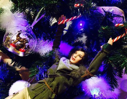 Merry Christmas ! Custom Lara Croft Tonner doll - Rise of the Tomb Raider : Remnant Jacket by Laragwen Photo - outfit - customization - accessorie - dolls - forest - axes - bow - holster - video game - jeu vidéo - personnalisation - tenue - arc - piolet - tree - arbre
