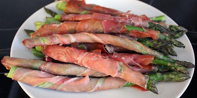 Nemt tilbehør med asparges og pamaskinke, der smager intet mindre end fantastisk.