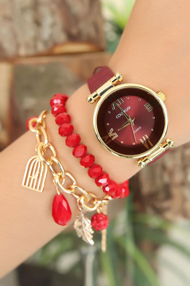Bordo Deri Kordonlu Gold Metal Kasa Bayan Saat ve Bileklik Kombini ile sizde şık bir görünüme sahip olabilirsiniz.