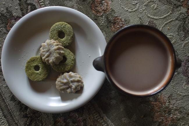 cardamom and green tea cookies & hot chocolate