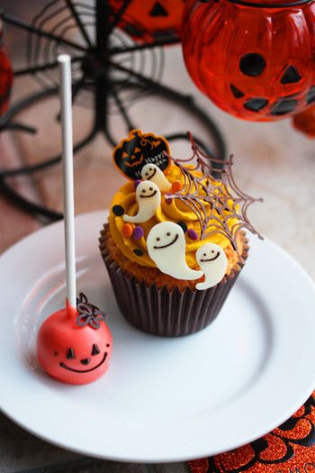 A white chocolate ghosts cupcake