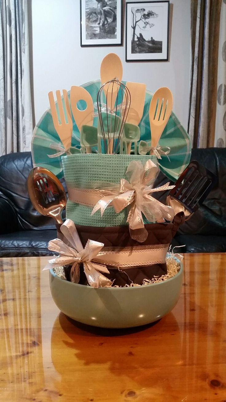 K8iekates original pin- Utensil/tea towel cake for a bridal shower! Used; salad bowl, oven mit, 4 cereal bowls, 5 tea towels, measuring spoons, wooden spoons, whisk, spatula and slotted spoon. Hopefully the bride-to-be will enjoy it!