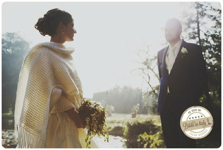 A warm, wool shawl for a winter bride. Lovely. Ph Stefano Santucci http://www.brideinitaly.com/2014/02/santucci-inverno.html #italianstyle