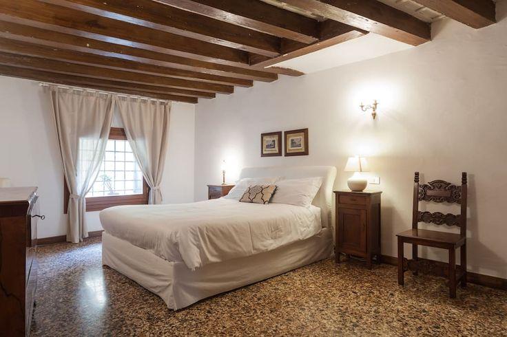 Appartement à Vicenza, Italie. Bellissimo mezzanino situato in un Palazzo Palladiano con splendida vista nell'androne con colonne ioniche. Dotato di una spaziosa camera da letto matrimoniale, di un bagno un cucinino e un soggiorno spazioso con divano letto.