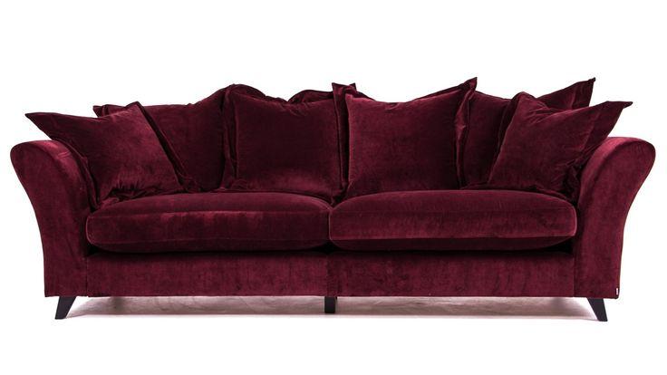 Burgundy Delfinen sammetssoffa. Soffa, sammet, vinröd, röd, möbler, inredning, djup, välvd, rymlig, vardagsrum.