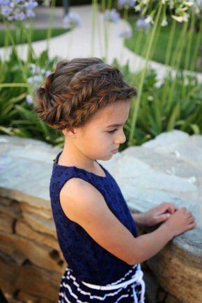 coiffure petite fille pour une occasion spéciale - chignon tressé et deux tresses romantiques sur le côté
