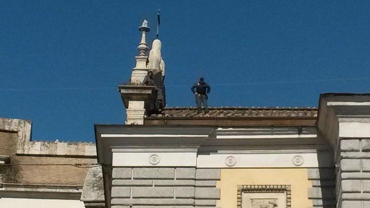 celere fa scendere dal tetto il migrante che ha occupato il tetto a piazza del popolo a #Roma  #MaiConSalvini