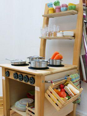 süße Idee, aus einem einfachen Holzstuhl mit ein paar Tricks eine superstabile Spielküche zu machen!