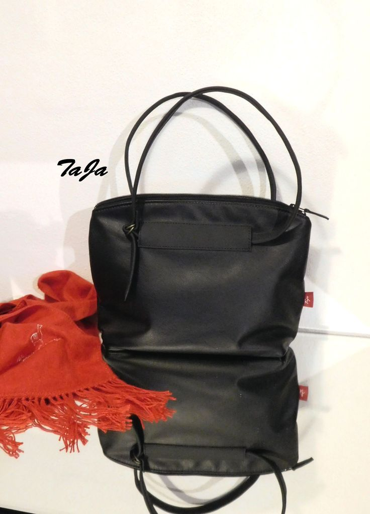V+minimalistickém+stylu+Vždy+se+hodící+černá,+tentokrát+v+minimalistickém+elegantním+stylu,+vhodná+pro+každodenní+nošení,+ke+kabátu,+kostýmku,+ale+i+třeba+i+k+riflím+s+jemnou+halenkou,+...kabelka+z+krásné+pravé+kůže,+...pevná,+vyztužená,+držící+tvar,+do+města,+či+zaměstnání.+Zapínání+je+celozipové,+uvnitř+podšívka+se+dvěma+kapsami,+z+nichž+jedna+je...
