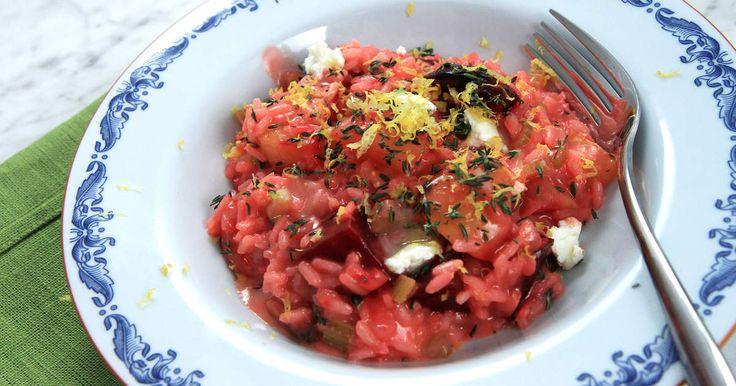 Krämig vegetarisk risotto med blandade betor, vitt vin och getost.