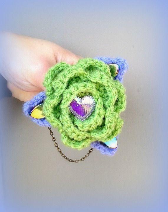 Broche originale bohème chic fleur en laine vert mauve coeur perles en verre made in France : Broche par c-comme-celine