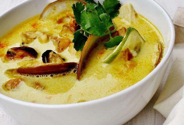 Sopa de mariscos con queso crema y leche de coco