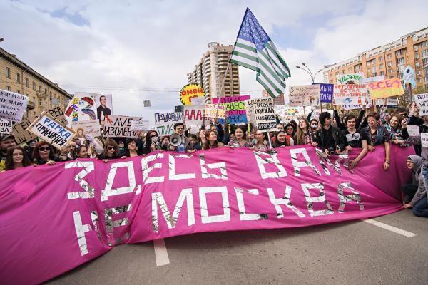 Im Berliner Martin-Gropius-Bau schafft Omer Fast den Fake News eine Bühne