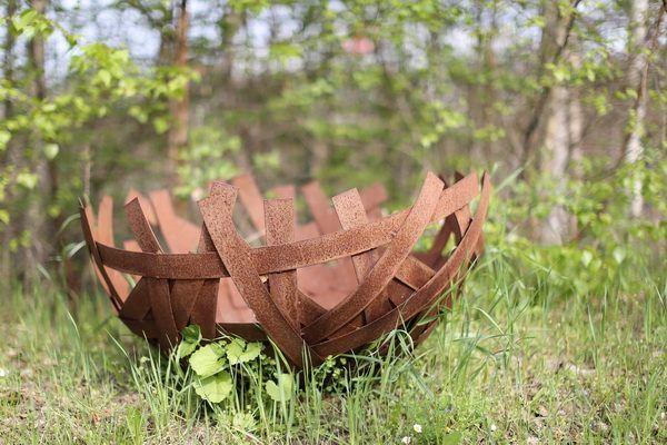 Schale oder Feuerkorb aus Blechstreifen geflochten mit einer schönen rostigen Patina