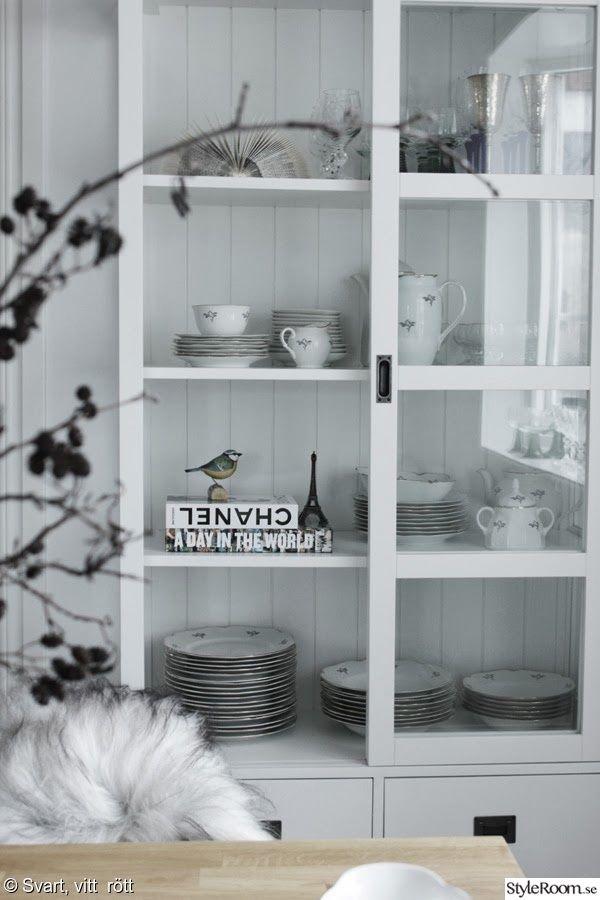 matsal,vitrinskåp,stilleben,chanelbok,träfågel,kök