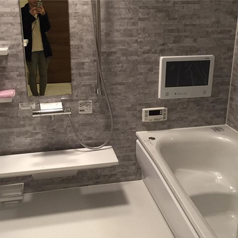 * * Bathroom♡ * 浴室はTOTOのsazanaです。 建売なのでここは強制的に決まっていましたが、 クレアライトグレーの壁の色とかサザナの機能は結構気に入ってます☺︎ * ただ、16インチのテレビも標準で付いていますが…毎日子供2人とバタバタ入浴なので正直使うかなー⁉️ そして浴槽の腰掛けがテレビ側に付いているのがナゾ。腰掛けてテレビ見れないやん📺 まぁテレビ見たいなら腰掛けに足を乗せればいいのかな😅←余計見なそうw * せっかくなら1人でゆっくり湯船に浸かって逃げ恥見たい(叶わぬ野望…) 鏡に写る私はスルーでお願いします★ * * #建売住宅#建売#建築中#マイホーム#浴室#お風呂#bathroom#toto#トートー#sazana#サザナ#ほっカラリ床#16インチテレビ#逃げ恥#逃げるは恥だが役に立つ