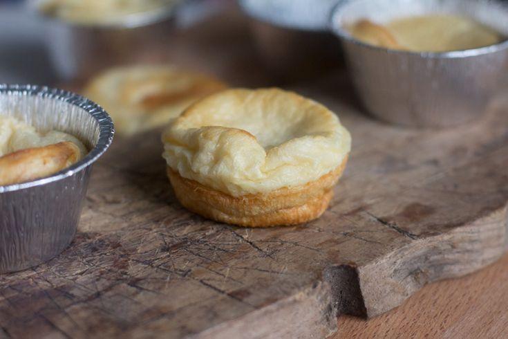 Pudin de Yorkshire. Receta inglesa con Thermomix El pudin de Yorkshire es un acompañamiento clásico de los almuerzos de los domingos en Inglaterra, sobre todo para acompañar el clásico rosbif. El plato se originó como una especie de primer plato para saciar los estómagos de los menos pudientes y continuar con un poco de carne, …