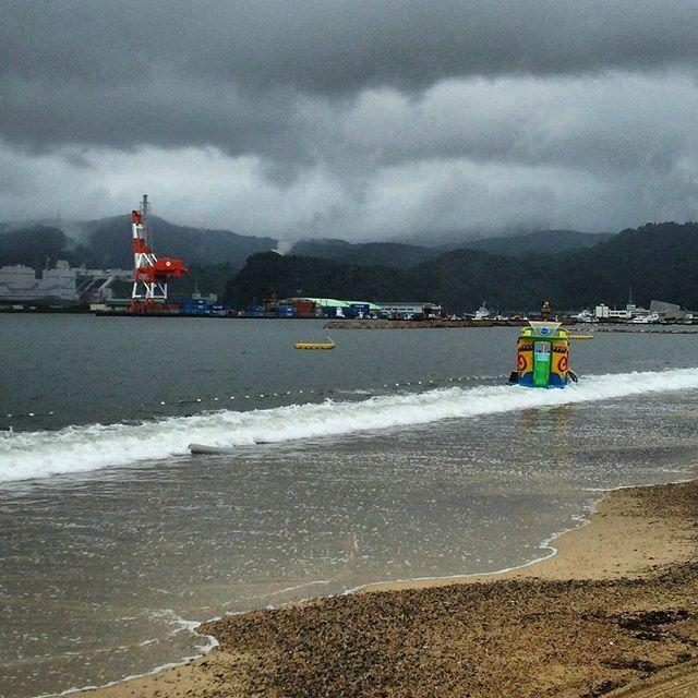 【sanchago_gogo】さんのInstagramをピンしています。 《天気予報通り、敦賀市も雨が降っています。先ほどまで泳いでいた二人はどこへ行ったんでしょう?  本日の海 敦賀市松原海水浴場(2016.07.15)  #大雨 #大雨注意報 #ゲリラ豪雨 #海 #海岸 #海岸沿い #砂浜 #日本海 #海水浴 #海水浴場 #ビーチ #水着 #ヨット #ジェットスキー #海好き #海開き #松原 #松原海水浴場 #敦賀 #sea #beach #Lamer》
