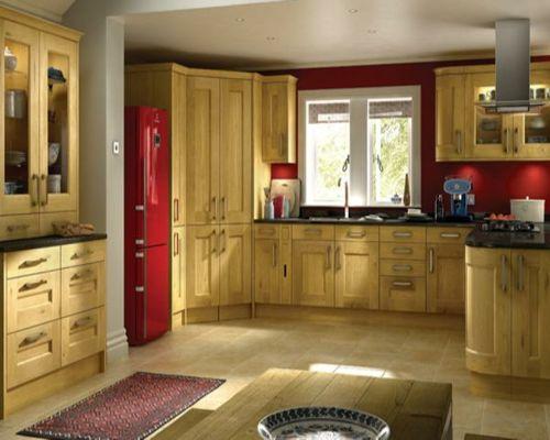 100 Küchen Designs – Möbel, Arbeitsplatten und zahlreiche Einrichtungslösungen - rote-akzente-glanzvoll-wand-küchenschrank-fußbodenläufer