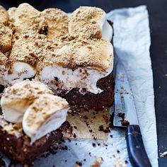 1 Verwarm de oven voor op 200 °C. Smelt de boter en chocolade in een kom boven een pan zachtjes kokend water. 2 Klop de eieren met de suiker. Schep de eieren door de gesmolten chocolade, gevolgd door de bloem, het bakpoeder en cacao. 3 Giet...