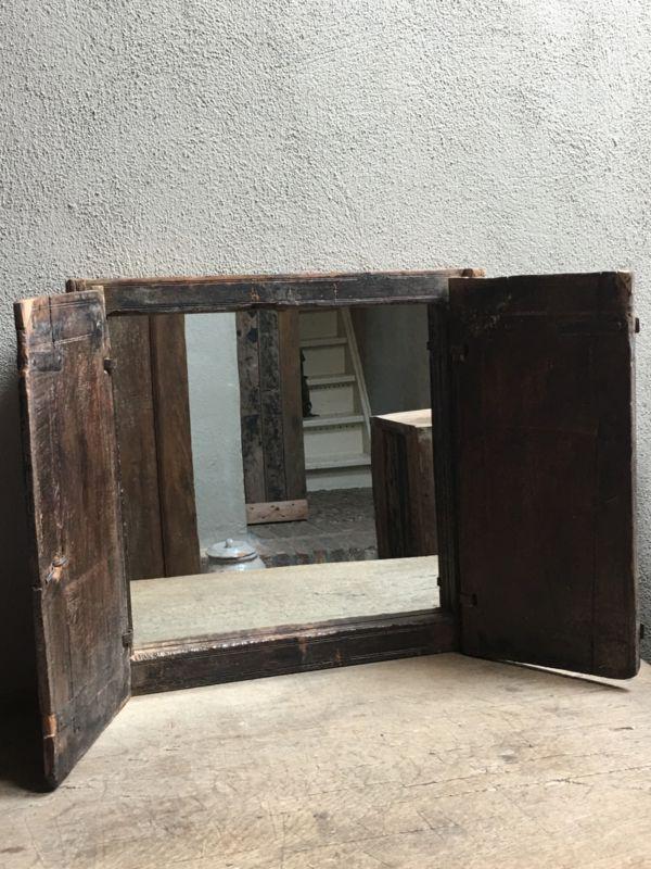 Oud houten kozijn stalraam met luiken en spiegel landelijk venster landelijke stijl brocant vintage oud hout   -Spiegels   't Jagershuis