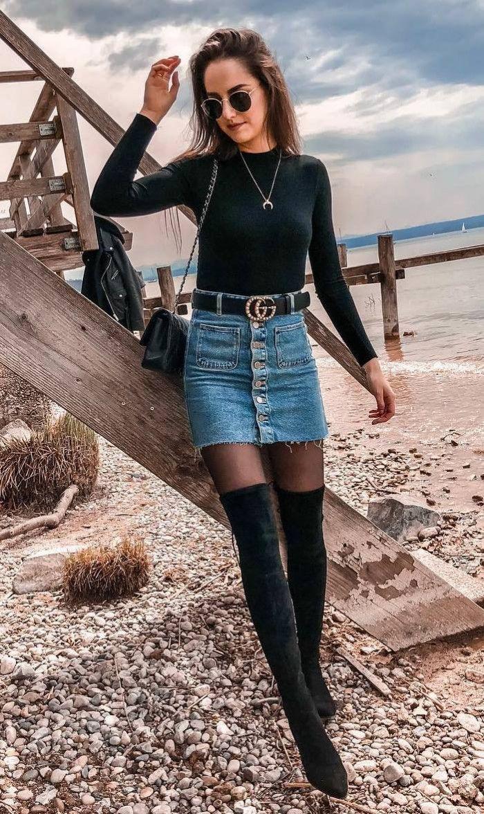 modische Herbst-Outfit / Jeansrock über Knie Stiefel Tasche Stehkragen Top