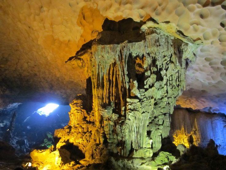 Tropfsteinhöhle in der Halong Bucht. Touristisch aber trotzdem sehr schön http://www.lieben-leben-reisen.de/vietnam-highlights-hanoi-halong-bucht/