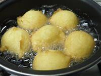 Frittelle soffici alle patate, la ricetta per preparare queste bontà! Sono caratterizzate dalle patate nell' impasto, così da essere ancora più soffici e deliziose!