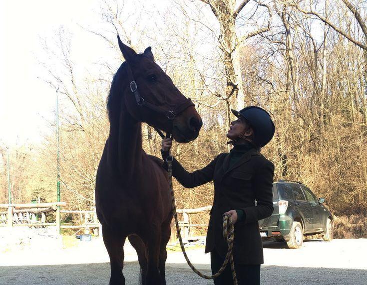 Come vestirsi per andare a cavallo.L'abbigliamento per andare a cavallo non è da sottovalutare, perchè se si decide d'indossare capi non creati appositamente per questa disciplina si rischiano una serie di conseguenze.