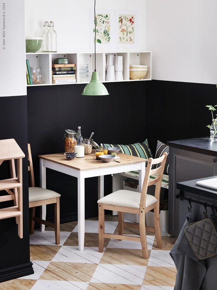 Tvåfärgade väggar både ramar in och skapar ett ombonat intryck. LERHAMN bord och 2 stolar i ljus antikbets med sitsar i Vittaryd beige, design Nike Karlsson. FOTO taklampa sprider ett fint riktat ljus över matbordet.