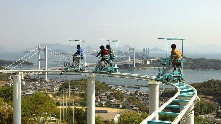 Situé à Washuzan Highland Amusement Park à Okayama city au Japan, le Sky Cycle est un grand-huit ( sans inversions ) qui demande aux passagers de pédales tout le long du parcours qui s'élève à une quinzaine de mètre de haut et qui serpente autour de collines avec une superbe vue sur la ville. [Via]