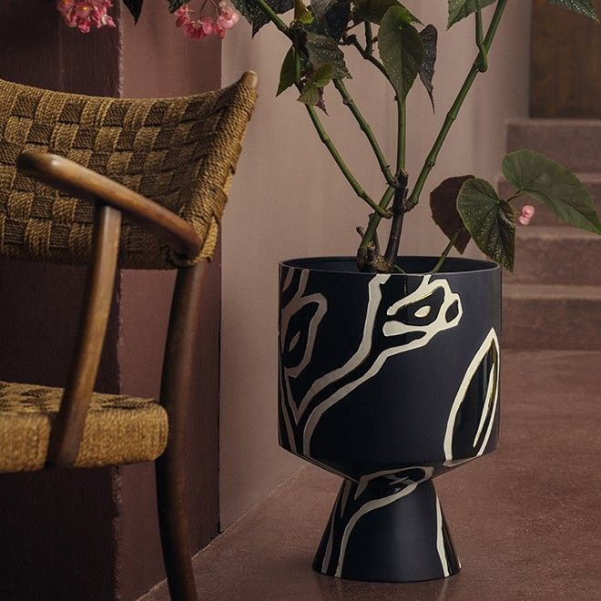 The beautiful Fiora pots is part of the darker colour spectrum of the range, where creamy white and a golden glaze form a beautiful contrast to the dominant midnight blue colour. Both pots feature the distinctive relief which embellishes the Fiora range. Design by Stine Goya