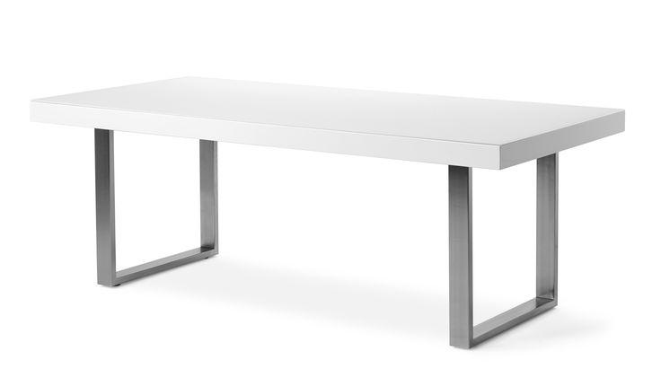 Alonzo är ett modernt och stramt matbord i vit högglanslack med glasskiva på toppen vilket ger en tålig yta. Underredet i borstat stål har ställfötter som gör att bordet kan stå stadigt på alla underlag. Alonzo är en modern serie med flera delar, komplettera gärna matbordet med skänk och vitrinskåp.