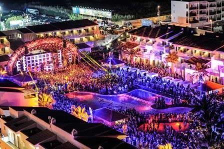 Ushuaia czyli ekskluzywny i imprezowy hotel 5 gwiazdkowy.  Hotel ma dwa piękne baseny, w tym jeden w formie riwiery. Przy głównym basenie jest wielka scena, gdzie odbywają się koncerty najsłynniejszych DJ-ów z całego świata. Nawet 4 wielkie imprezy tygodniowo, do tego także pokazy mody. Imprezy odbywają się popołudniami i trwają do godziny 12 w nocy.  Dobra opcja na before party. Kup już teraz ticket na impreze. Napisz do nas!!