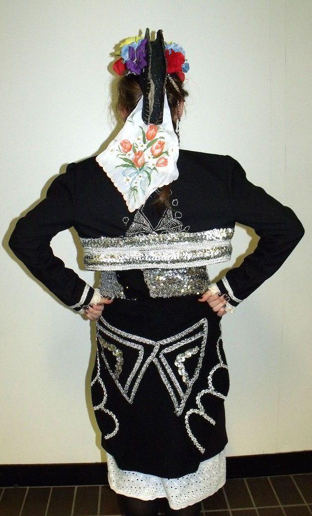Η παραδοσιακή γυναικεία ενδυμασία από τον Γιδά Ρουμλουκίου - The back of a women's traditional Greek folk costume of Gidas, Roumlouki, Macedonia.