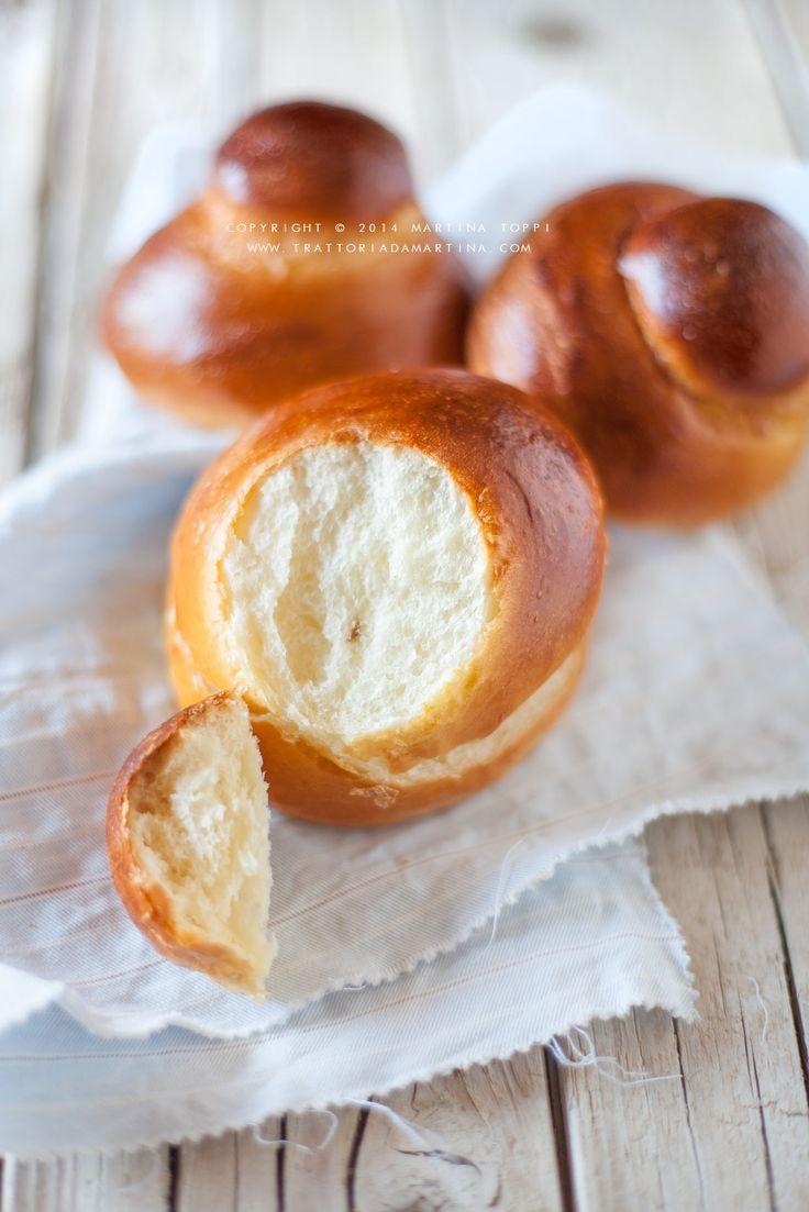 La brioche col tuppo è il simbolo della colazione siciliana per eccellenza e si gusta con la granita, generalmente al caffè