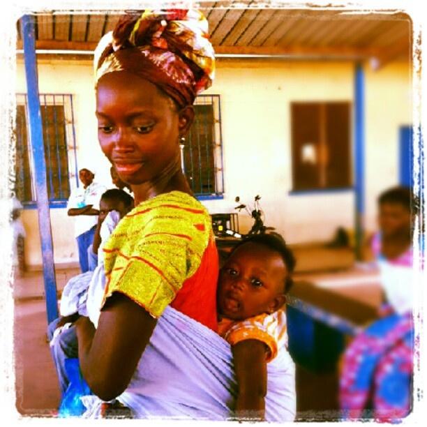 moeder met kind bij een 'kraamziekenhuis'' in Gambia