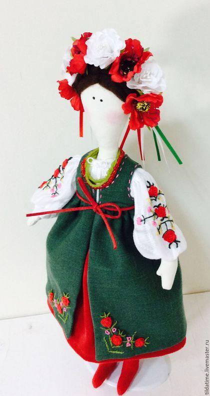 Купить или заказать Кукла в стиле Тильда Украинская девушка на выданье в интернет-магазине на Ярмарке Мастеров. Украинская девушка на выданье. Куколка будет красивым дополнением интерьера, или отличным подарком. Костюм содержит вышивку нитками мулине. Верхний зеленый сюртучек снимается.Стоит на подставке.