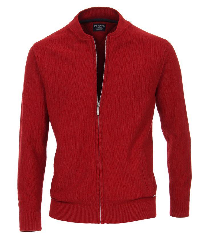Casa Moda Vest zipper rood Stijlvol rood vest met een volledige ritssluiting van het merk Casa Moda. Het vest heeft aan de voorzijde twee steekzakken onder de rechter zak is een button bevestigd met het Casa Moda logo. Het vest is zeer goed te combineren met een mooi overhemd of sportief t-shirt. De half hoge kraag, de onderzijde en de mouwboorden zijn afgewerkt met een ribbreisel. Maak je outfit compleet met een stortief grote maat t-shirt of een trendy overhemd in grote maten.