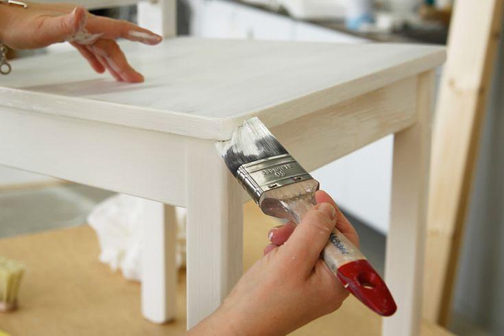 Måla möbler. Ska du fräscha upp den där häftiga vintage-stolen eller fräscha upp farmors gamla skåp? Så här går du enkelt tillväga steg för steg.