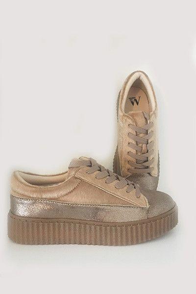 Baskets à lacer, munies d'une plateforme. Semelle intérieure cuir et doublure en cuir. Semelle extérieure en élastomère. Les chaussures Vanessa Wu taillent norm
