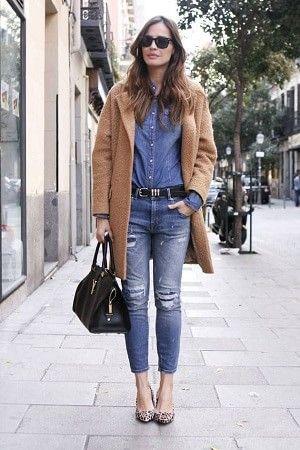 デニムシャツとキャメルのコート