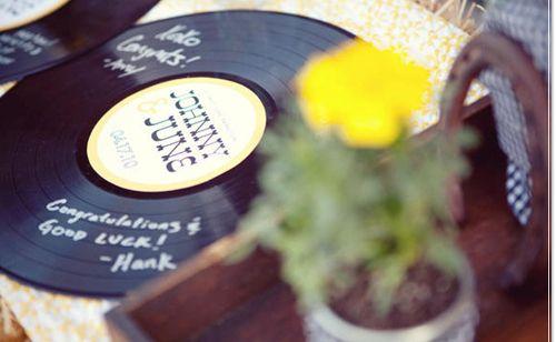Wil je geen standaard gastenboek? Kies dan bijvoorbeeld voor het beschrijven van je (oude) LP's!