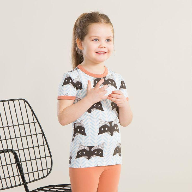 PESUKARHU T-paita, vaaleansininen - mokka   NOSH verkkokauppa   Kevään lasten uutuusmallistossa leikitellään joutsenien, pesukarhujen ja raitojen iloisessa joukossa. Tilaa tuotteet NOSH edustajalta tai verkosta nosh.fi/lapset (This collection is available only in Finland but you can shop these wonderful fabrics online en.nosh.fi)